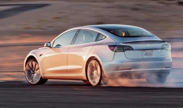 Emissioni CO2: Tesla vs Mercedes